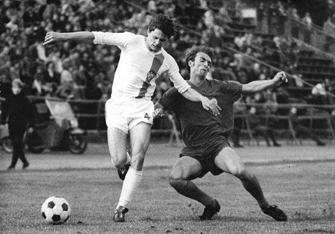 Lutz Eigendorf en un partido con el Dinamo de Berlín - Odio Eterno Al Fútbol Moderno