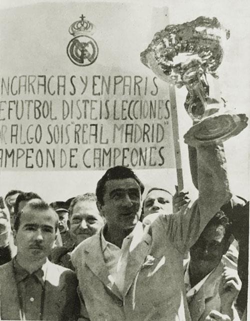 Miguel Muñoz con el trofeo de la Pequeña Copa del Mundo - Odio Eterno Al Fútbol Moderno