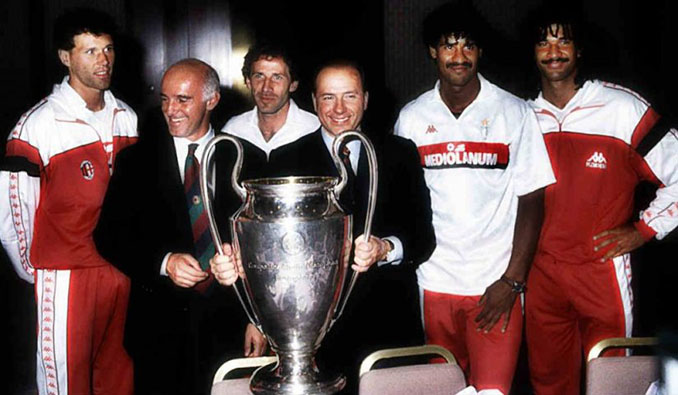 Van Basten, Sacchi, Baresi, Berlusconi, Rijkaard y Gullit con la Copa de Europa de 1989 - Odio Eterno Al Fútbol Moderno