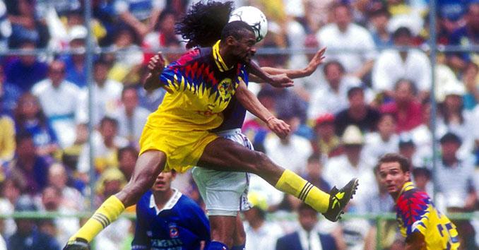 Omam-Biyik en un partido con Club América - Odio Eterno Al Fútbol Moderno