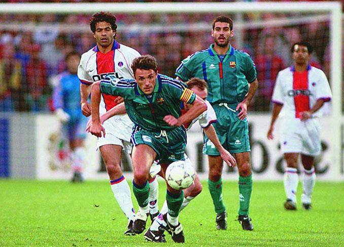 Popescu peleando un balón en el Barcelona vs PSG de 1997 - Odio Eterno Al Fútbol Moderno