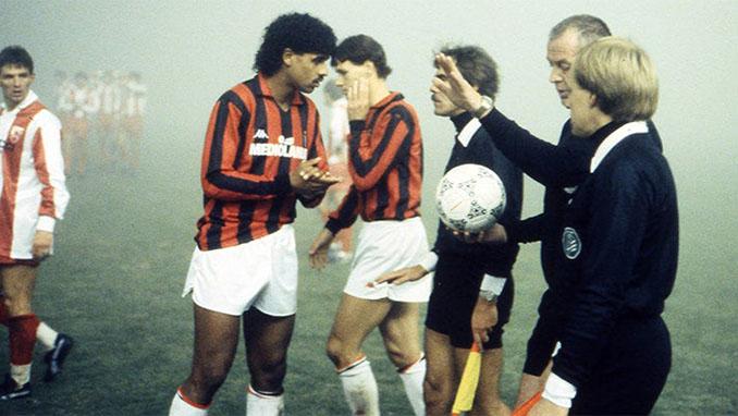 Rijkaard dialogando con el árbitro en el Estrella Roja vs Milan de 1988 - Odio Eterno Al Fútbol Moderno