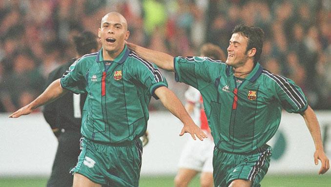 Ronaldo y Luis Enrique celebrando el gol del Barcelona al PSG en la final de la Recopa de 1997 - Odio Eterno Al Fútbol Moderno