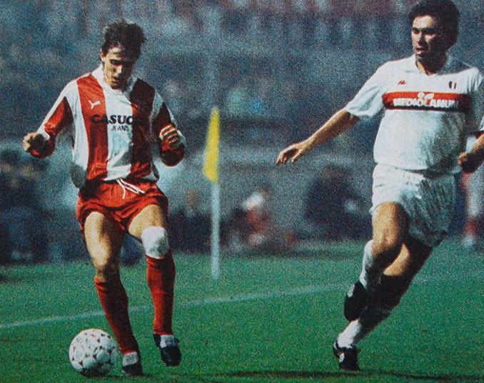 Stojkovic y Ancelotti pelean un balón en el Estrella Roja vs Milan de 1988 - Odio Eterno Al Fútbol Moderno