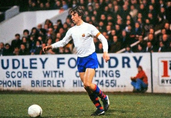 Cruyff vistió la camiseta blanca del FC Barcelona en los años '70 - Odio Eterno Al Fútbol Moderno