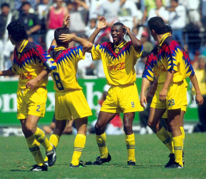 Futbolista del Club América celebrando un gol en la temporada 1994-1995 - Odio Eterno Al Fútbol Moderno
