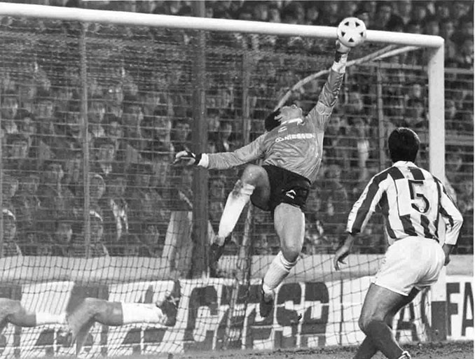 Arconada en un partido con la Real Sociedad - Odio Eterno Al Fútbol Moderno