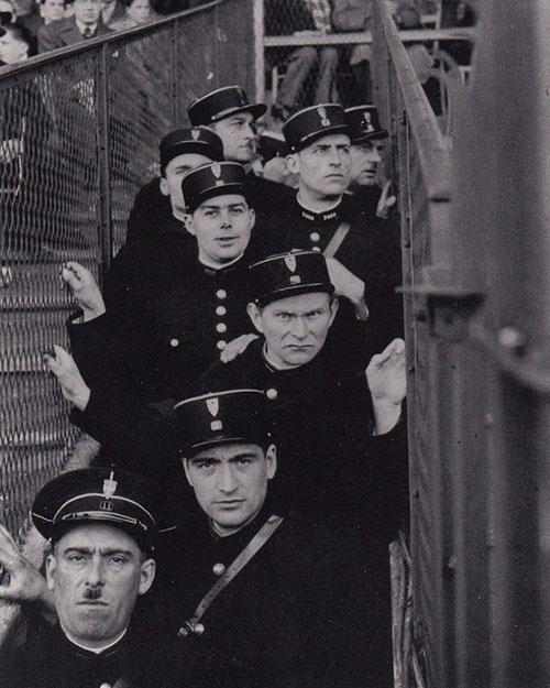 Gendarmes franceses durante un partido de fútbol en los años '30 - Odio Eterno Al Fútbol Moderno