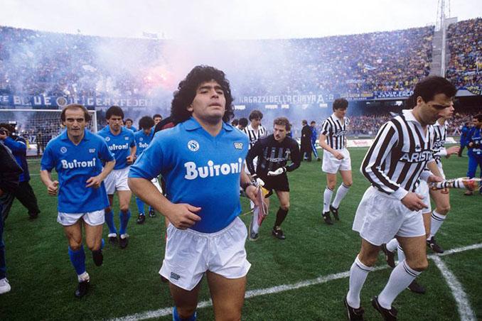 Maradona saltando al césped de San Paolo antes de un Napoli vs Juventus - Odio Eterno Al Fútbol Moderno