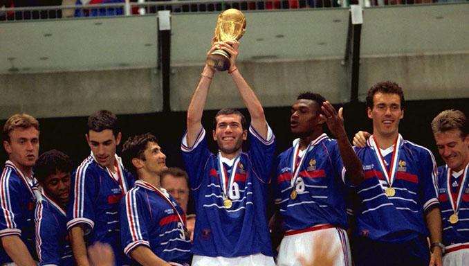 Zidane levantando la primera Copa del Mundo para Francia - Odio Eterno Al Fútbol Moderno