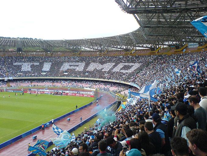 Aficionados en el Stadio San Paolo - Odio Eterno Al Fútbol Moderno