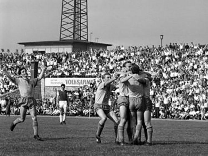 Futbolistas del Dinamo Dresde celebrando un gol en 1971 - Odio Eterno Al Fútbol Moderno