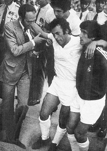 Amancio abandona el césped de Los Cármenes tras la terrible entrada de Pedro Fernández - Odio Eterno Al Fútbol Moderno