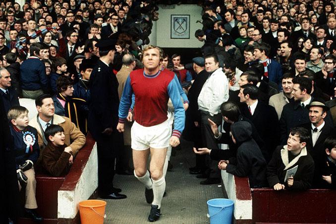 Bobby Moore saltando al césped del Boleyn Ground - Odio Eterno Al Fútbol Moderno