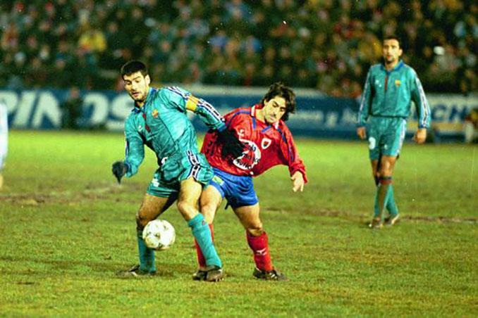 Raúl Ruiz lucha por un balón con Guardiola en aquella eliminatoria Numancia vs Barcelona - Odio Eterno Al Fútbol Moderno