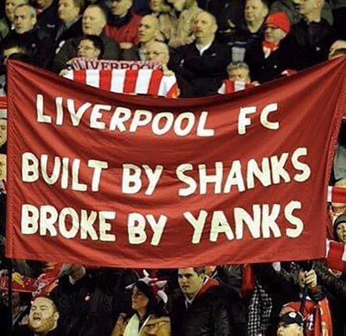 Pancarta de los aficionados del Liverpool contra sus actuales dueños - Odio Eterno Al Fútbol Moderno