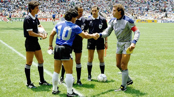 Maradona y Shilton en los prolegómenos del Argentina vs Inglaterra de 1986 - Odio Eterno Al Fútbol Moderno