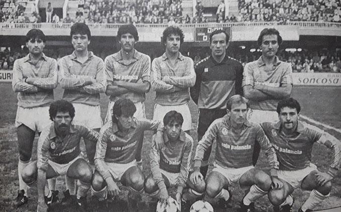 Raúl Ruiz, en el centro, durante su etapa en el Palencia CF - Odio Eterno Al Fútbol Moderno