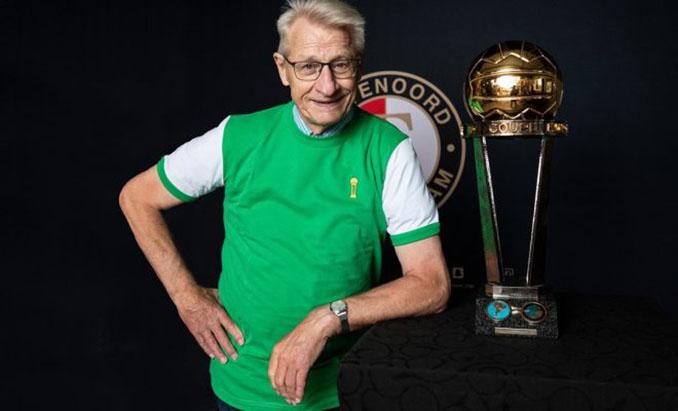 Van Daele junto a la Copa Intercontinental - Odio Eterno Al Fútbol Moderno