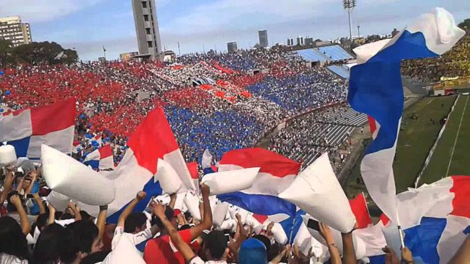 Hinchas de Club Nacional de Football en el Gran Parque Central - Odio Eterno Al Fútbol Moderno