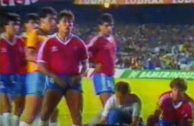 Patricio Yáñez haciendo un gesto obsceno a la grada de Maracaná - Odio Eterno Al Fútbol Moderno