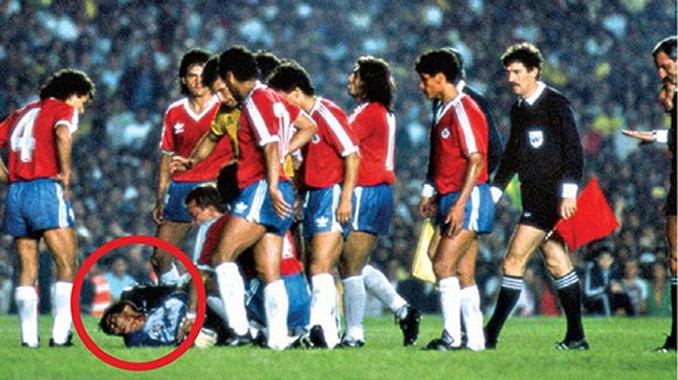 Roberto Rojas rodeado por sus compañeros y asistentes en Maracaná - Odio Eterno Al Fútbol Moderno