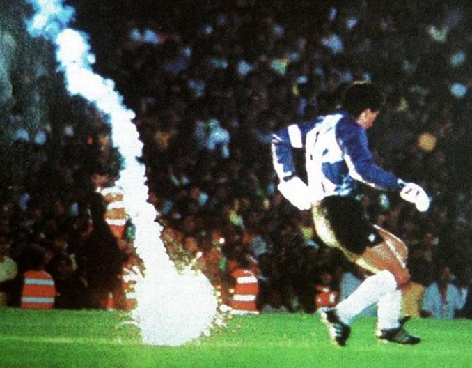 Instante en el que la bengala cae junto a Roberto Rojas en Maracaná - Odio Eterno Al Fútbol Moderno