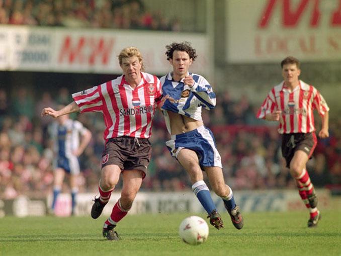 Los jugadores del Manchester United se cambiaron de camiseta en el descanso del duelo ante el Southampton en 1996 - Odio Eterno Al Fútbol Moderno