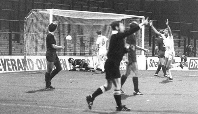 West Ham vs Castilla CF de la Recopa 1980-1981 en un Boleyn Ground completamente vacío - Odio Eterno Al Fútbol Moderno