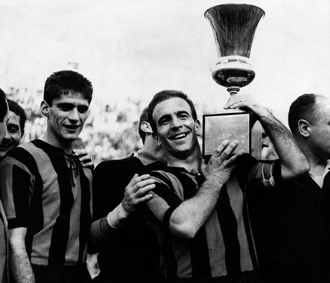 Futbolistas del Atalanta con la Copa de Italia de 1963 - Odio Eterno Al Fútbol Moderno