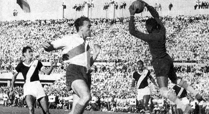 Barbosa atrapa el balón ante la presencia e Di Stéfano en un Vasco da Gama vs River Plate - Odio Eterno Al Fútbol Moderno