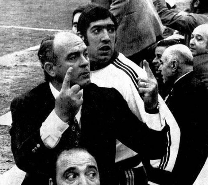 Di Stéfano preguntando el resultado del Calderón en la última jornada de la Liga de 1971 - Odio Eterno Al Fútbol Moderno