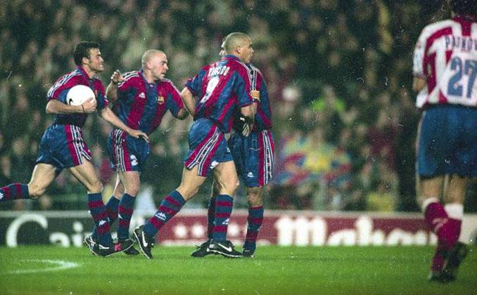 Jugadores del FC Barcelona celebrando. uno de los goles en su espectacular remontada ante el Atlético de Madrid en 1997 - Odio Eterno Al Fútbol Moderno