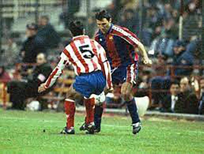 Stoichkov en un Barcelona vs Atlético de Madrid disputado en los 90 - Odio Eterno Al Fútbol Moderno