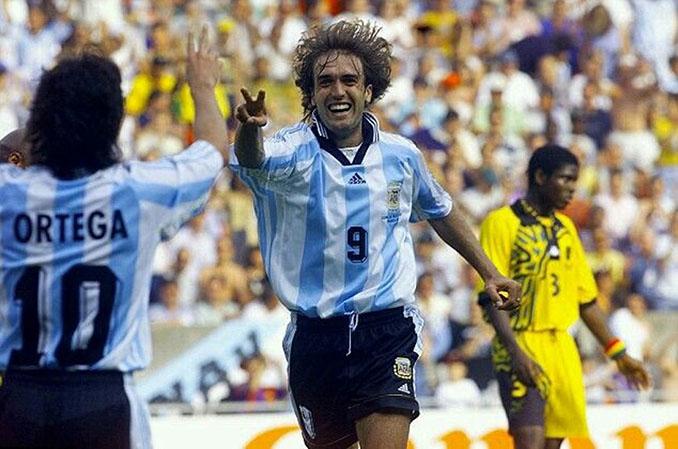 Batistuta celebrando uno de los goles de su hat trick a Jamaica en 1998 - Odio Eterno Al Fútbol Moderno