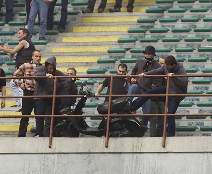 Ultras del Inter con la moto que lanzaron por la grada de San Siro - Odio Eterno Al Fútbol Moderno