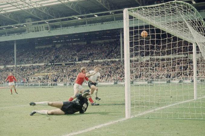 Gol fantasma de Hurst en la final de la Copa del Mundo de 1966 - Odio Eterno Al Fútbol Moderno