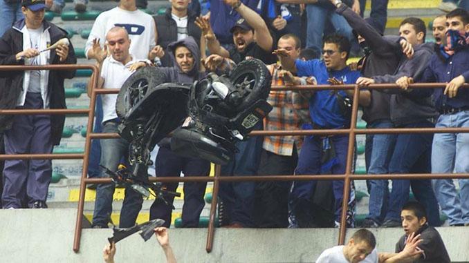 Ultras del Inter lanzando una moto por la grada de San Siro - Odio Eterno Al Fútbol Moderno