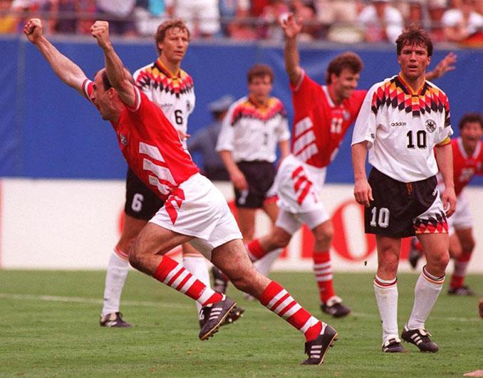 Letchkov celebrando el gol de la victoria de Bulgaria ante Alemania en el Mundial de 1994 - Odio Eterno Al Fútbol Moderno