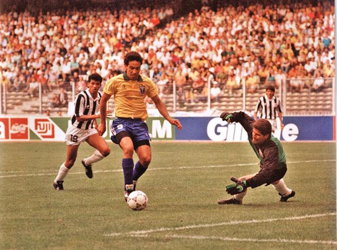 Careca encarando a Conejo en el Brasil vs Costa Rica del Mundial de 1990 - Odio Eterno Al Fútbol Moderno