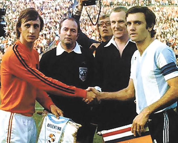 Cruyff lució una camiseta a la de sus compañeros durante el Mundial de 1974 - Odio Eterno Al Fútbol Moderno