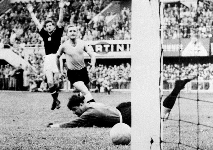 Kocsis celebrando uno de sus goles en los Hungría vs Alemania de 1954 - Odio Eterno Al Fútbol Moderno