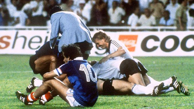 Platini desolado mientras los alemanes celebran la clasificación para la final del Mundial de 1982 - Odio Eterno Al Fútbol Moderno