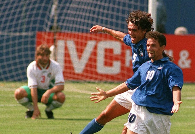 Roberto Baggio celebra uno de los goles que eliminaron a Bulgaria del Mundial de 1994 - Odio Eterno Al Fútbol Moderno