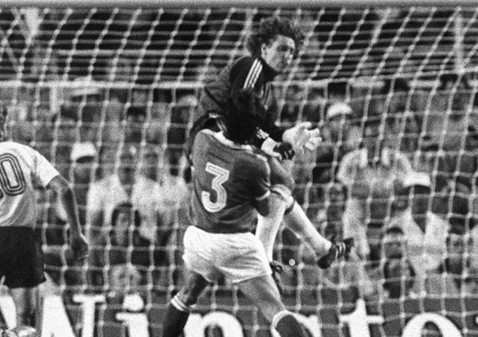 La terrorífica entrada de Schumacher a Battiston en el Francia vs Alemania de 1982 - Odio Eterno Al Fútbol Moderno