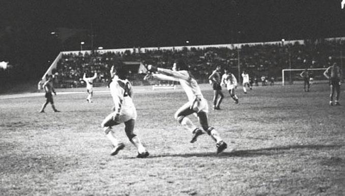 Sotil celebrando el gol que dio a Perú su segunda Copa América en 1975 - Odio Eterno Al Fútbol Moderno