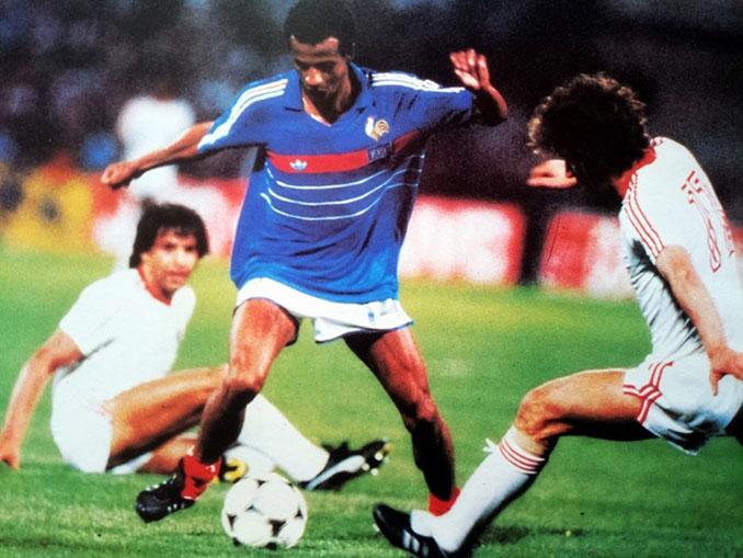 Jean Tigana conduce el balón en el Francia vs Portugal de 1984 - Odio Eterno Al Fútbol Moderno