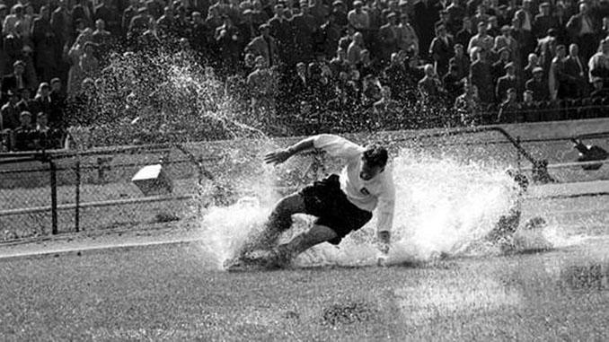 Tom Finney en Stamford Bridge. Escena imitada en la estatua en su honor - Odio Eterno Al Fútbol Moderno