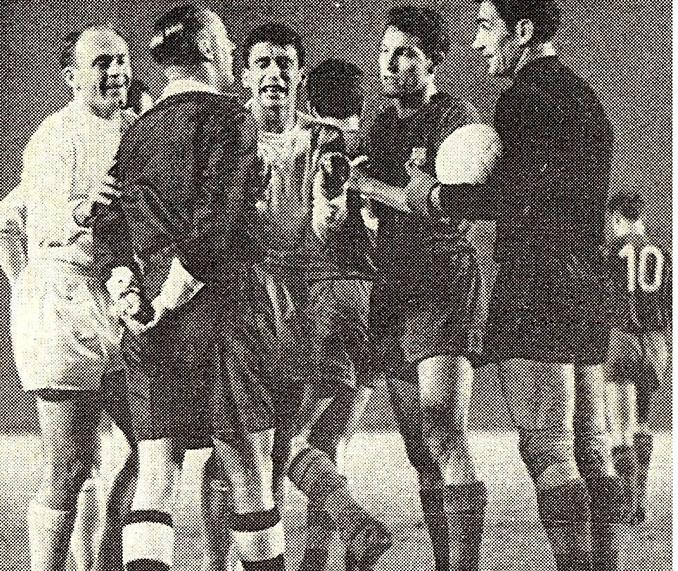 Arthur Ellis durante el Real Madrid vs FC Barcelona disputado en Chamartín a finales de 1960 - Odio Eterno Al Fútbol Moderno