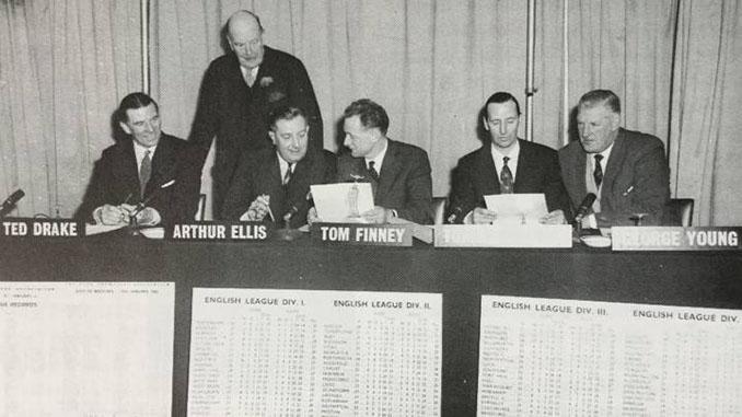 Miembros del Gran Jurado durante una reunión. De izquierda a derecha, Ted Drake, Lord Brabazon (de pie), Arthur Ellis, Tom Finney, Tommy Lawton y George Young - Odio Eterno Al Fútbol Moderno